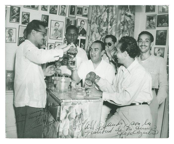 In La Cafetera, from left to right: Julio Gutiérrez, Orlando de la Rosa, Pedro Vargas, Bobby Collazo and José Carbó Menéndez. In the background, with glasses, Pepe Agüero. Photo: Private archives Orlando de la Rosa-Adalberto del Río.