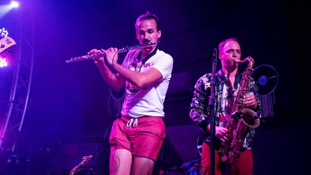 Albert Allenback, de Tank and The Bangas, en el concierto de la banda en FAC, como parte del evento Getting Funky in Havana, en el Festival Internacional Jazz Plaza 2020. Foto: Rolo Cabrera / Magazine AMPM.
