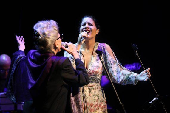 Haydée Milanés en concierto junto a Miriam Ramos. Foto: Gabriel Guerra Bianchini