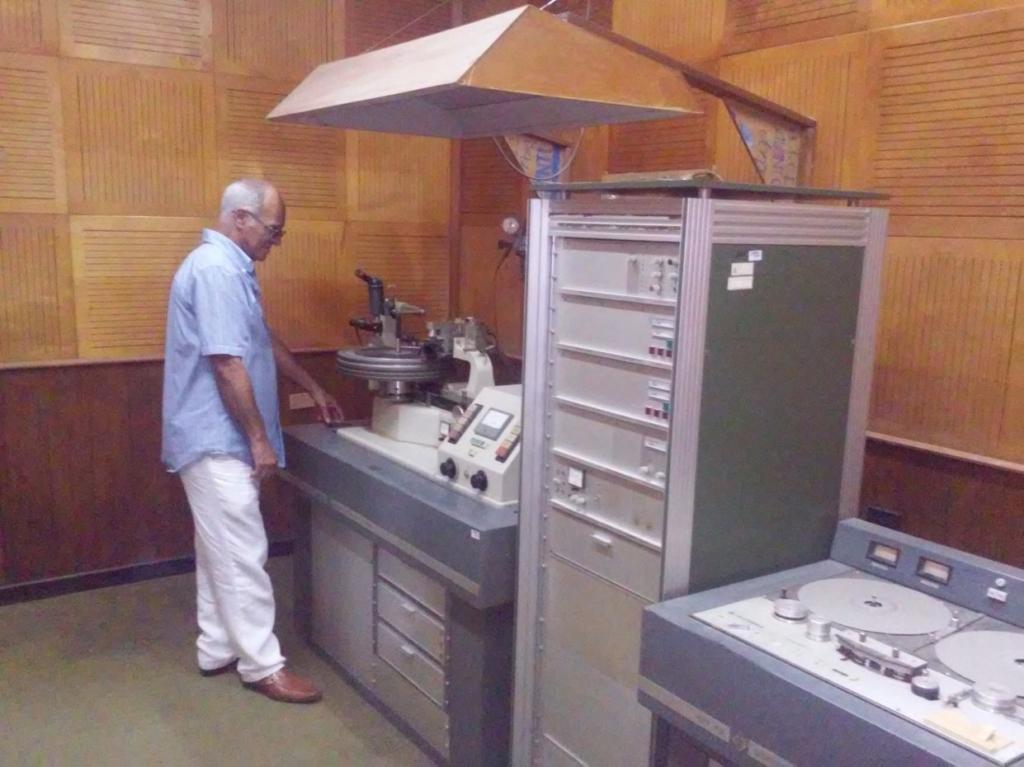 En la antigua cabina de masterización de la Egrem. Foto: Rafael Valdivia