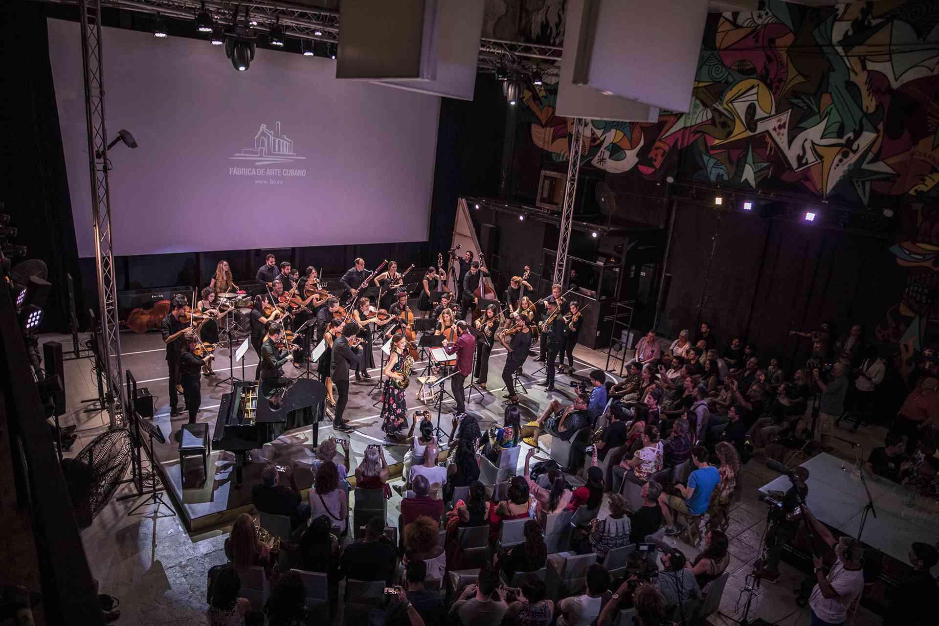 Concierto de Sarah Willis y la Orquesta del Lyceum de La Habana en Fábrica de Arte Cubano. Foto: Larisa López.